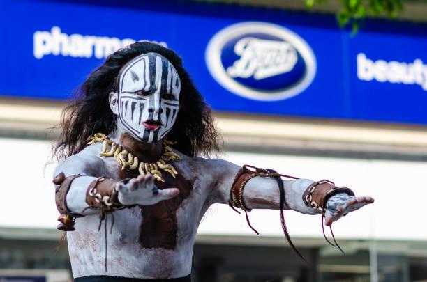 maya-tanz von reisenden künstler auf der straße von liverpool aufgeführt. - indianer kostüm herren stock-fotos und bilder