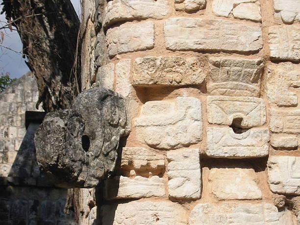 maya face of god chichen itza - fsachs78 stockfoto's en -beelden