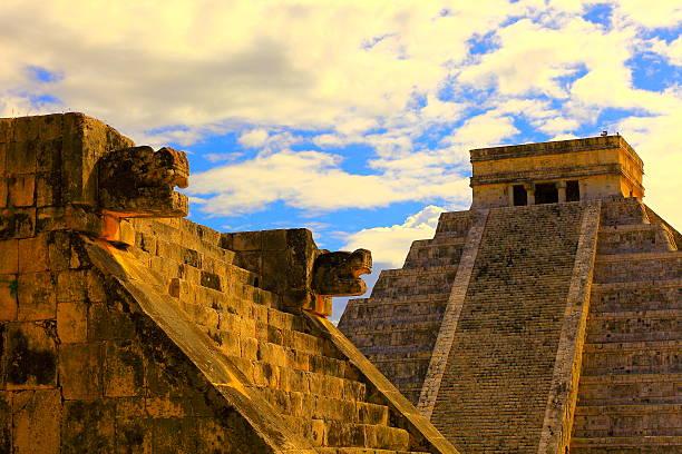 pyramide maya de chichen itza et plateforme coucher du soleil-mexique - imitant un animal photos et images de collection