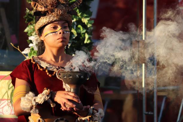 maya-priesterin während eines alten rituals auf historischem fest in moskau - indianer make up stock-fotos und bilder