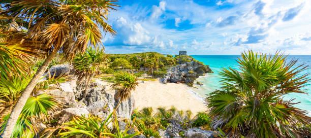 Maya-Ruinen von Tulum an der tropischen Küste. Gott der Winde Tempel am Paradies Strand. Maya-Ruinen von Tulum, Quintana Roo, Mexiko. – Foto