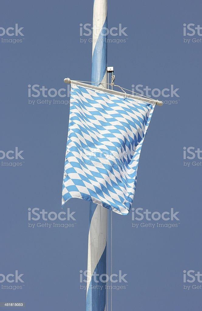 Maibaum und bayerischen Flagge – Foto
