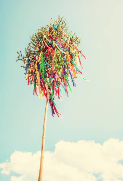 Maibaum und blauer Himmel, Retro-filter – Foto
