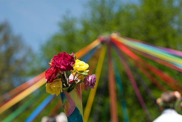 mât de fleurs - 1er mai photos et images de collection