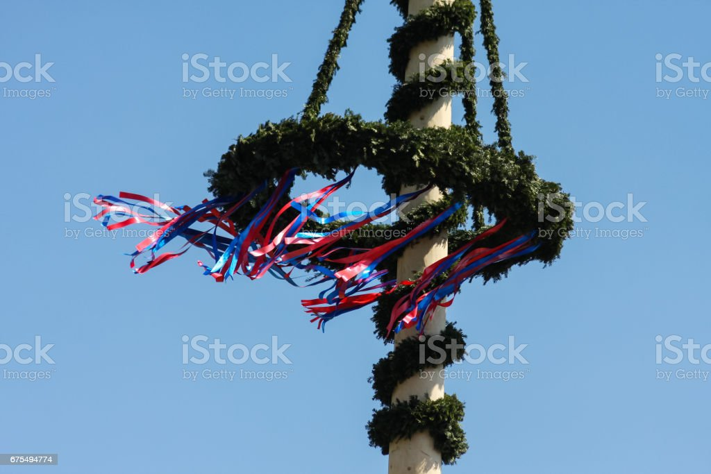 maypole with colorful ribbons in south german countryside 2 photo libre de droits