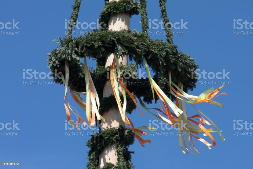 maypole with colorful ribbons in south german countryside photo libre de droits