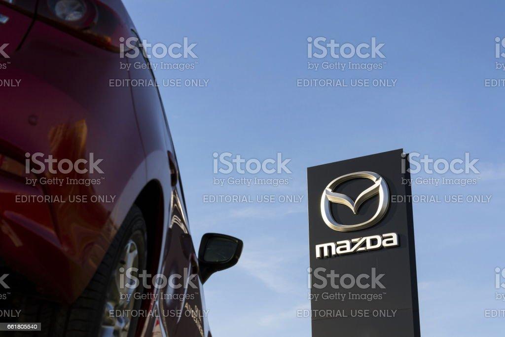Mazda 3 car in front of dealership building – Foto