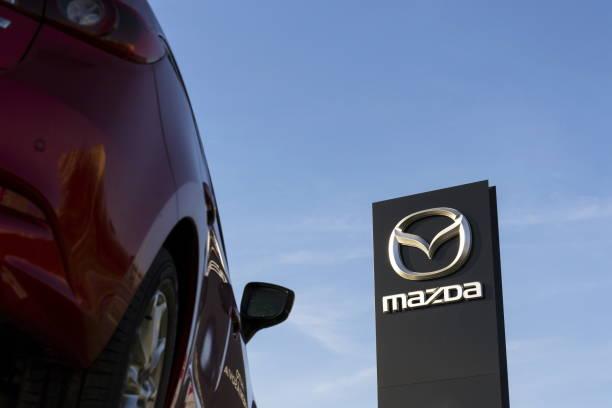 Mazda 3 Auto vor Autohaus-Gebäude – Foto