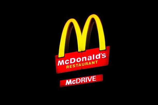 mc donalds входа в ночной - mcdonalds стоковые фото и изображения