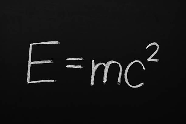 e = mc2 fórmula en pizarra - e=mc2 fotografías e imágenes de stock