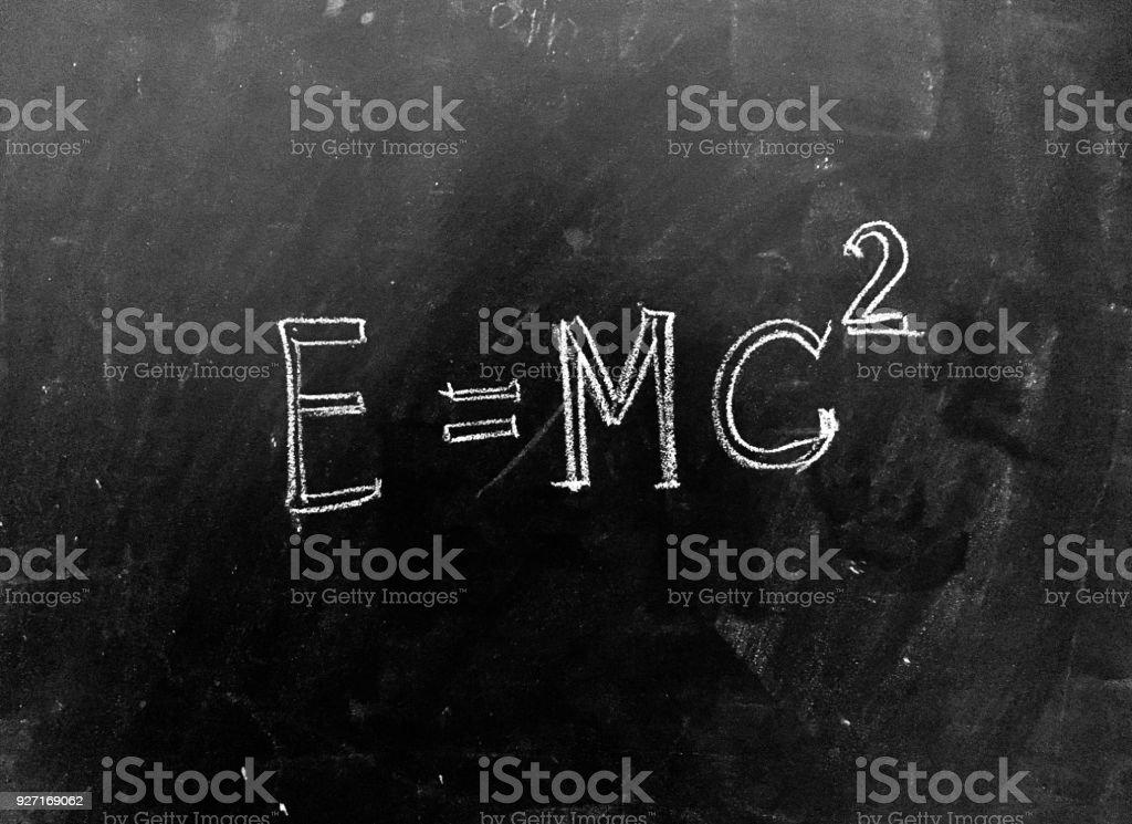 E = mc2 handgeschreven op Blackboard foto