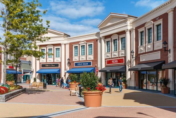 centre commercial mcarthurglen designer outlet - centre commercial photos et images de collection