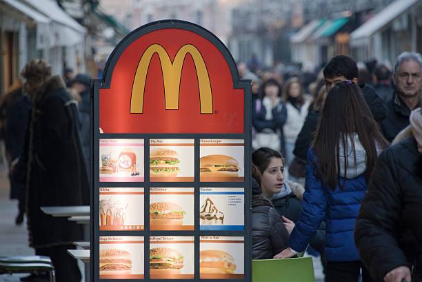 mcdonald - italienische speisekarte stock-fotos und bilder