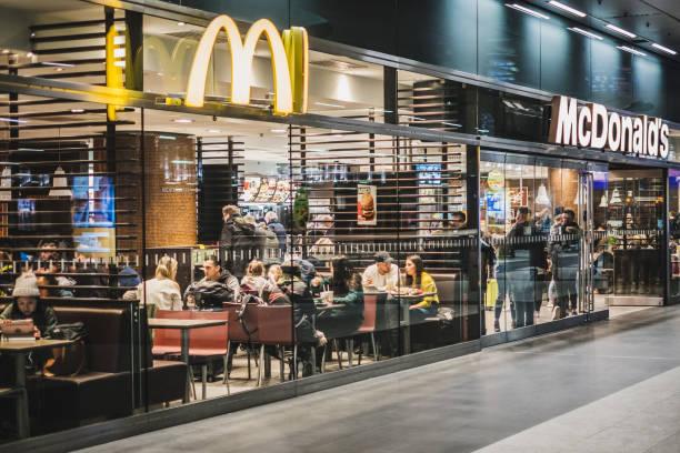 mcdonalds and mccafe fastfood restaurant inside train stration (berlin hauptbahnhof) - mcdonalds стоковые фото и изображения