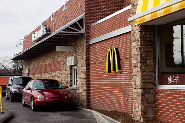 mcdonalds на автокафе - mcdonalds стоковые фото и изображения