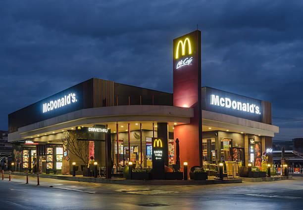 mcdonald's exterior - mcdonalds стоковые фото и изображения