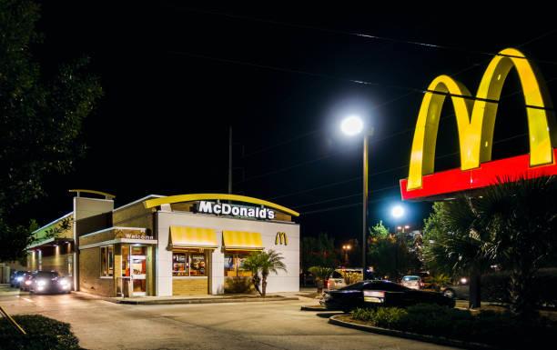 семейный ресторан mcdonald's проехать - mcdonalds стоковые фото и изображения