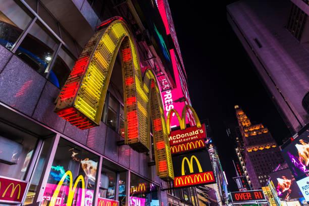 макдоналдс фаст-фуд в ночное время в нью-йорке, сша - mcdonalds стоковые фото и изображения
