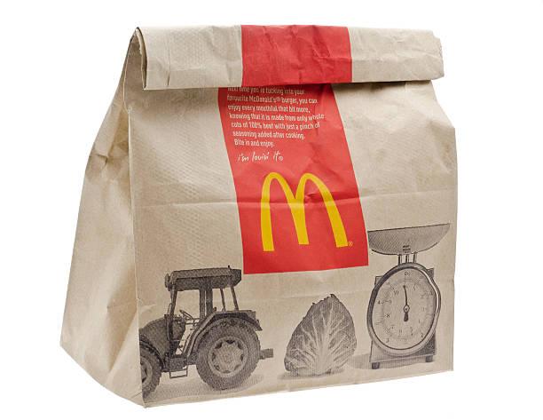 mcdonald's быстрого питания питание в коричневый бумажный пакет - mcdonalds стоковые фото и изображения