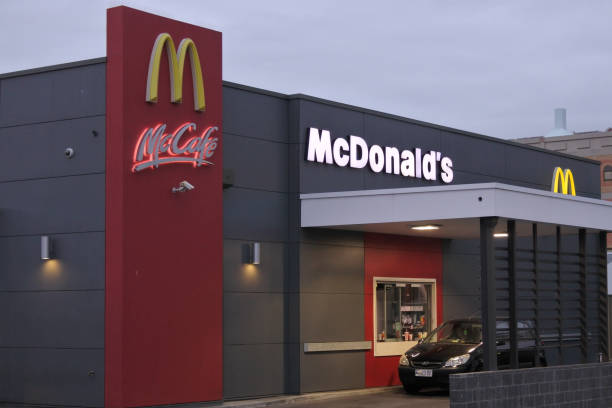 ресторан быстрого питания mcdonald's - mcdonalds стоковые фото и изображения