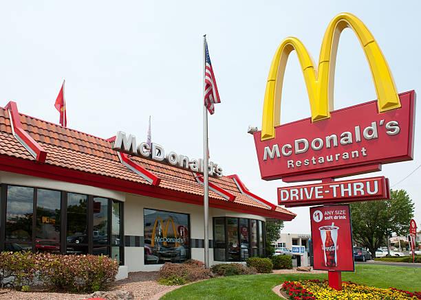 mcdonald's ресторан быстрого обслуживания - mcdonalds стоковые фото и изображения