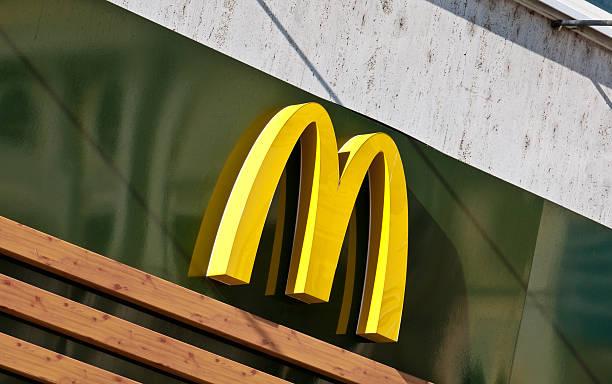 mcdonald's золотой дуги логотипом - mcdonalds стоковые фото и изображения