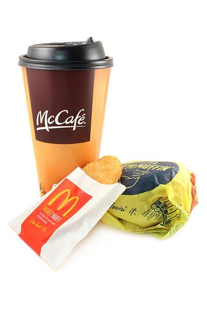 mcdonald's/mccafe kaffee, hash brown und ein ei mcmuffin - haschee stock-fotos und bilder