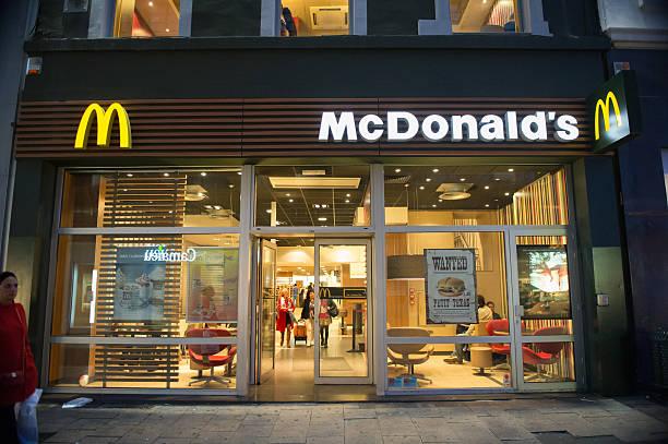 mcdonald's restaurant на ночь в брюссель, бельгия - mcdonalds стоковые фото и изображения