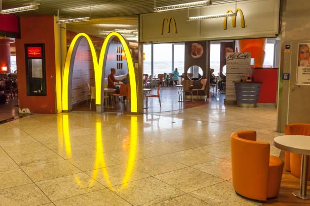 mcdonalds restaurant at the frankfurt airport - mcdonalds стоковые фото и изображения
