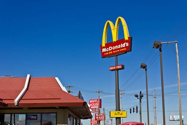 индианаполис-марта 2016 г. : mcdonald's ресторан расположение я - mcdonalds стоковые фото и изображения