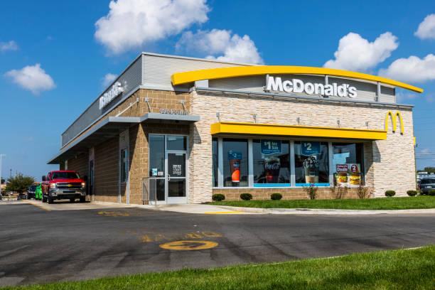 mcdonald's restaurant location. mcdonald's is a chain of hamburger restaurants xiii - mcdonalds стоковые фото и изображения