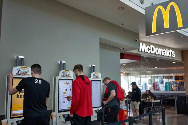 mcdonald's self service kiosks - mcdonalds стоковые фото и изображения