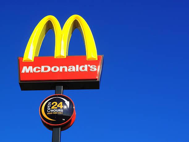 надпись mcdonald's - mcdonalds стоковые фото и изображения