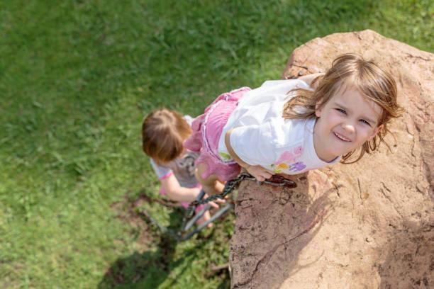 Mädchen klettert – Foto