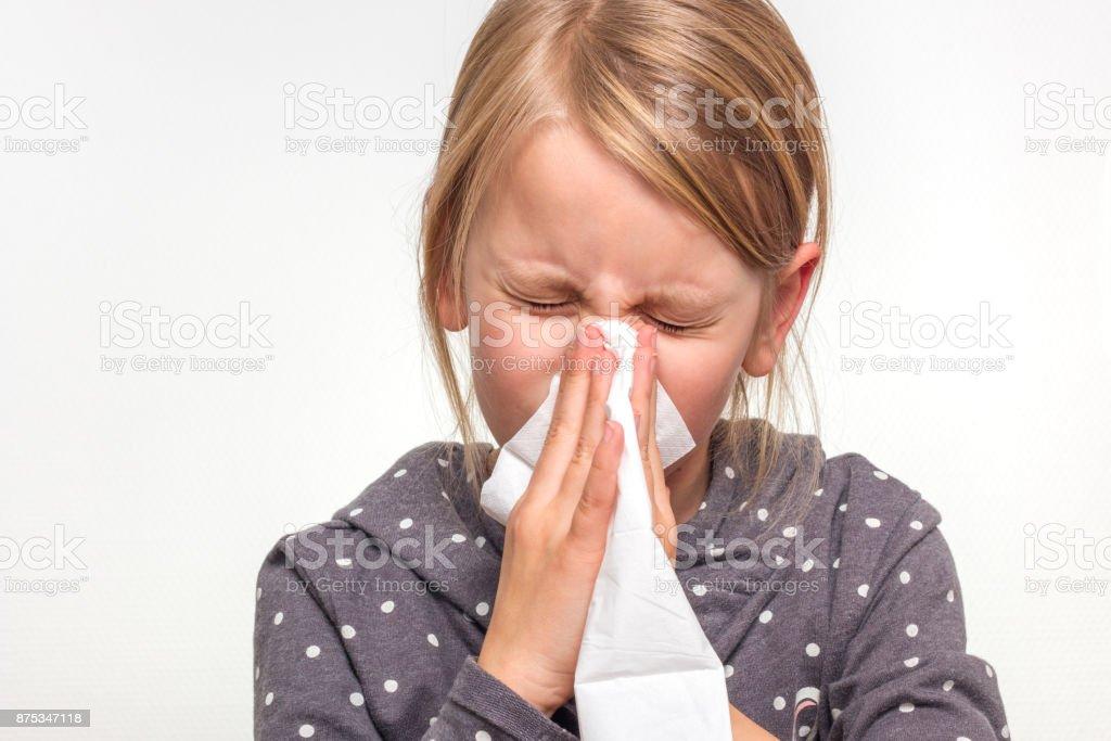 Mädchen putzt sich die Nase stock photo