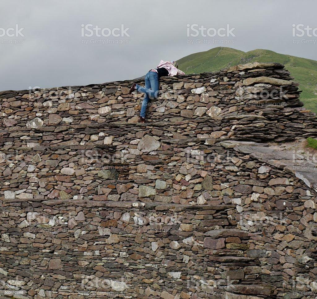 Mädchen Stürzt Über Eine Mauer – Foto