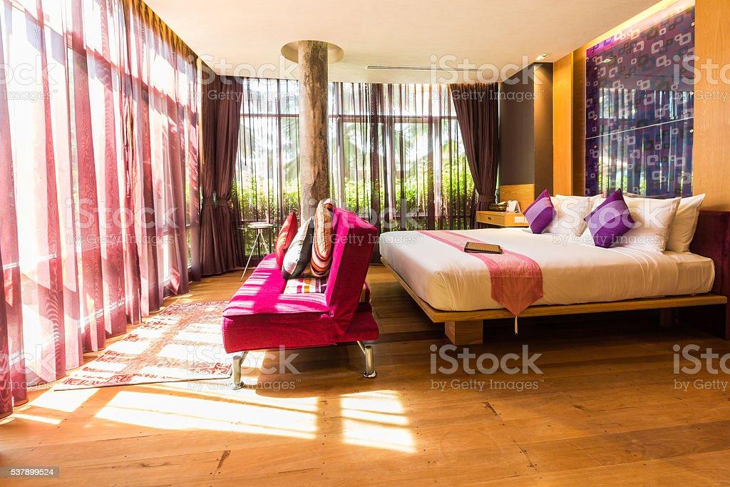 mdern Stil Wohnzimmer mit Bett – Foto