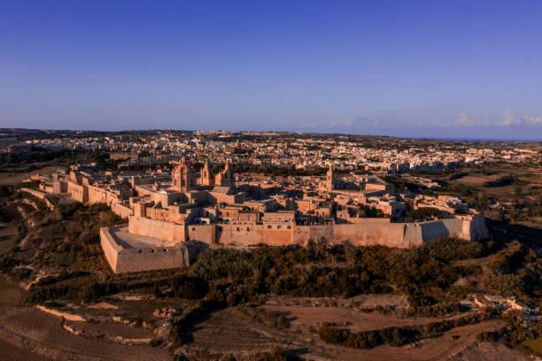 mdina, foto aérea do zangão - malta - sol nascente horizonte drone cidade - fotografias e filmes do acervo