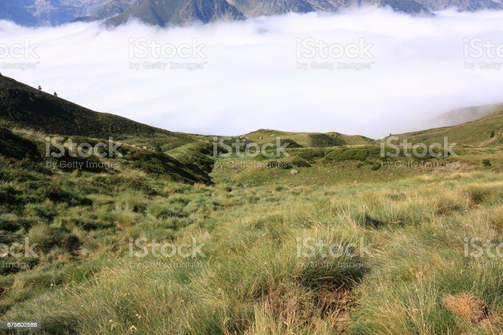 Pré et nuage de mer dans les Pyrénées, l'Ariège, au sud de la France photo libre de droits