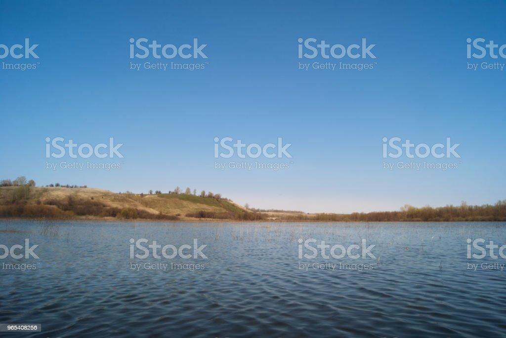 초원과 구릉 밸리에서 목장 봄 강 스트림 넘쳐난다 - 로열티 프리 4월 스톡 사진