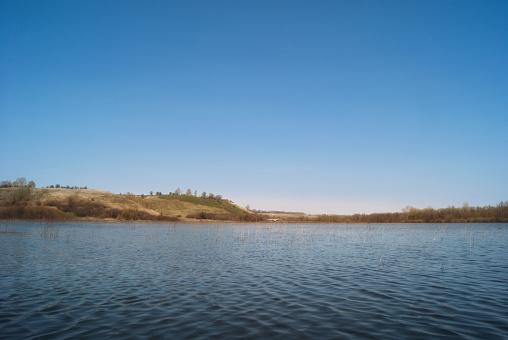 초원과 구릉 밸리에서 목장 봄 강 스트림 넘쳐난다 4월에 대한 스톡 사진 및 기타 이미지
