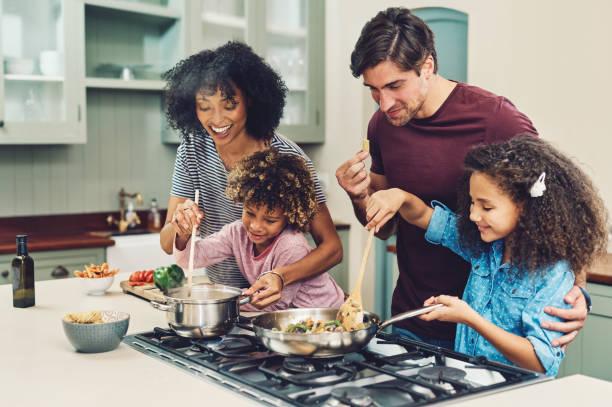 un pasto cucinato da tutta la famiglia ha un sapore migliore - family foto e immagini stock