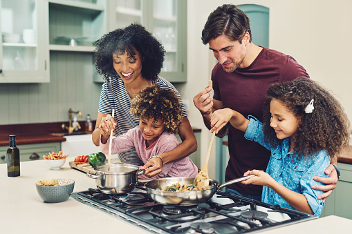 A Meal Cooked By The Whole Family Tastes Better - Fotografie stock e altre immagini di Adulto