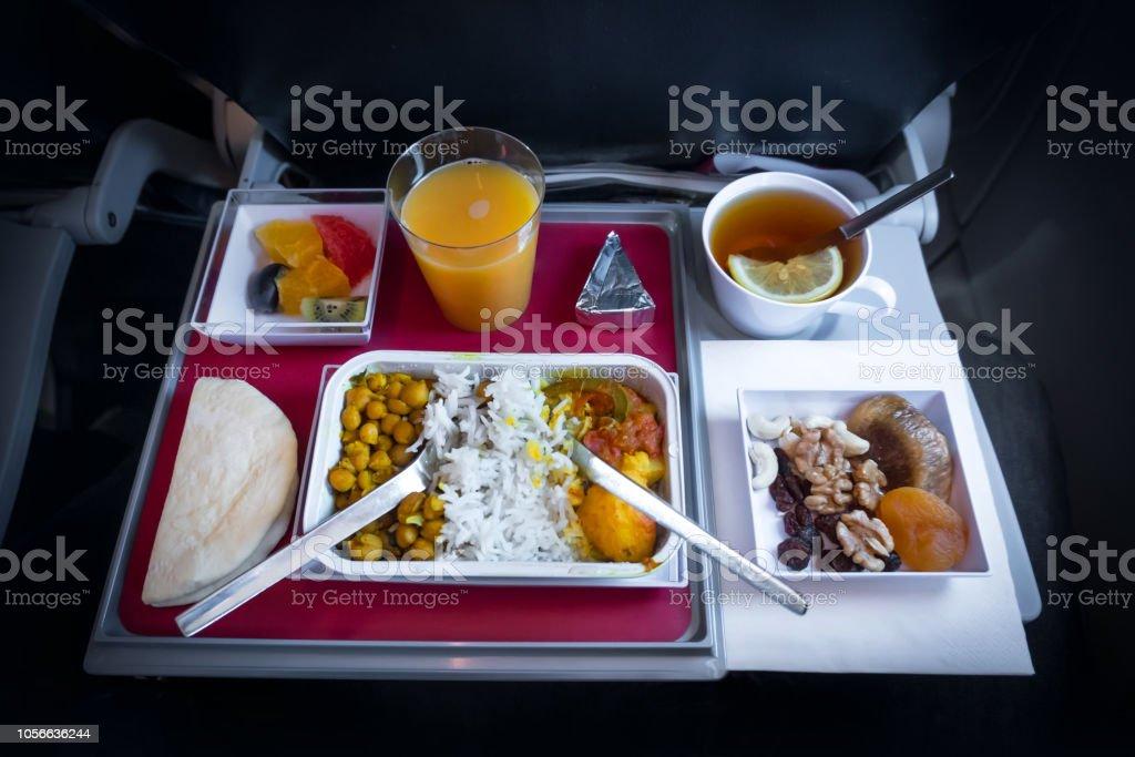 Comida En Clase Turista Líneas Aéreas Comida En El Avión A Los Pasajeros Alimentos Establece Primer Plano Vista Superior Foto De Stock Y Más Banco