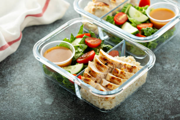 Meal prep containers with grilled chicken Meal prep lunch box containers with grilled chicken and fresh vegetables method of preparation stock pictures, royalty-free photos & images