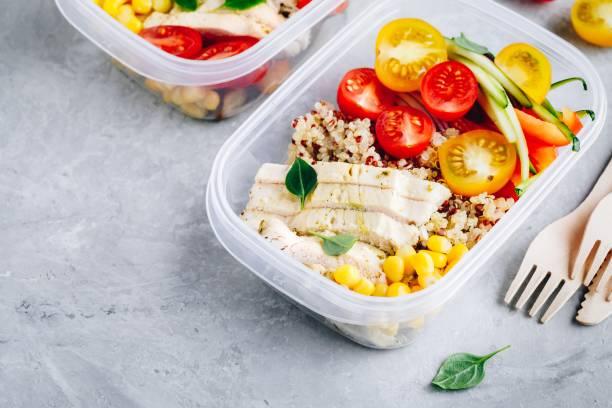 Essensbehälter mit Quinoa, frischem Gemüse und Hühnchen – Foto