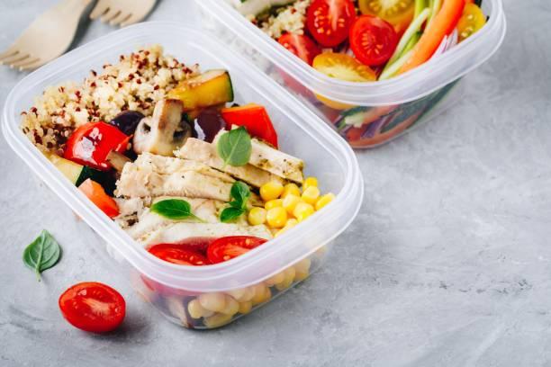 Essensbehälter mit Quinoa, gegrilltem Gemüse und Hühnchen – Foto