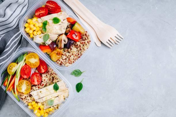 Mahlzeit Prep l Behälter mit Quinoa, gegrilltem und frischem Gemüse und Huhn – Foto