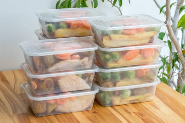 preparação da refeição. pilha de casa fez assado jantares - recipiente - fotografias e filmes do acervo