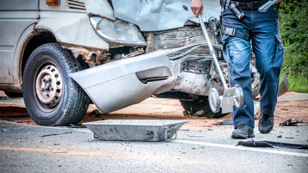 Mesurer et assurer le lieu de l'accident par un policier - Photo